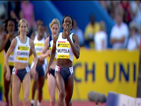 maria mutola winning women's 800m 2004 crystal palace athletics grand prix london - sportlerin stock-videos und b-roll-filmmaterial