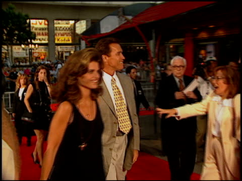 maria shriver and arnold schwarzenegger at the 'waterworld' premiere at grauman's chinese theatre in hollywood california on july 26 1995 - arnold schwarzenegger video stock e b–roll