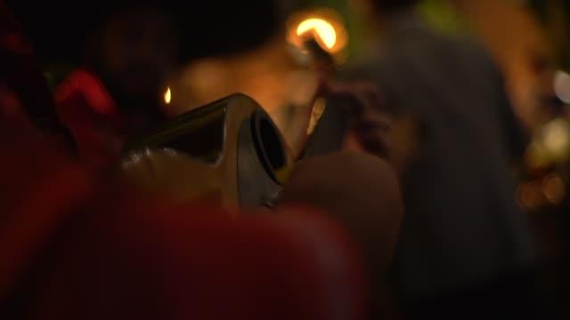 vídeos de stock, filmes e b-roll de mariachis que joga a música durante um partido - latino americano