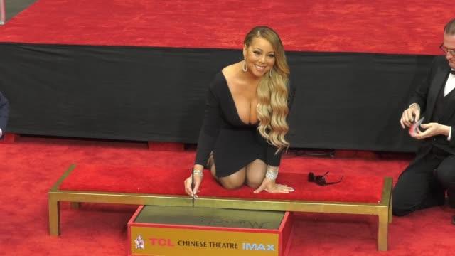 vídeos y material grabado en eventos de stock de chyron mariah carey handprint footprint ceremony at tcl chinese theatre at tcl chinese theatre on november 01 2017 in hollywood california - mann theaters