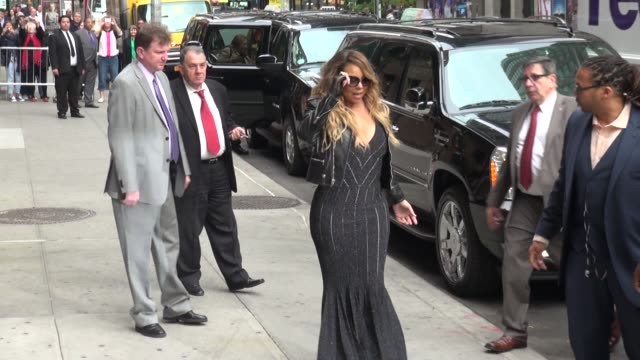 vídeos de stock, filmes e b-roll de mariah carey quickly poses for photographers before leaving in her rolls royce in celebrity sightings in new york - mariah carey