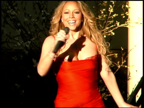mariah carey talks to fans at the mariah carey promotion of her new album 'the emancipation of mimi' at rappongi hills arena in tokyo on march 31 2005 - mariah carey stock-videos und b-roll-filmmaterial