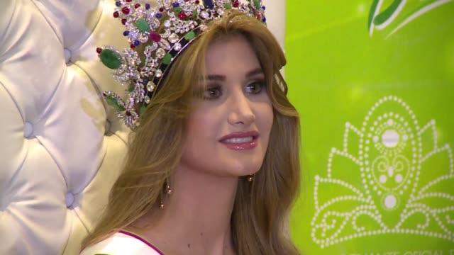 mariam habach de 19 anos fue coronada este jueves como la nueva miss venezuela 2015 y candidata del pais caribeno para miss universo - reginetta di bellezza video stock e b–roll