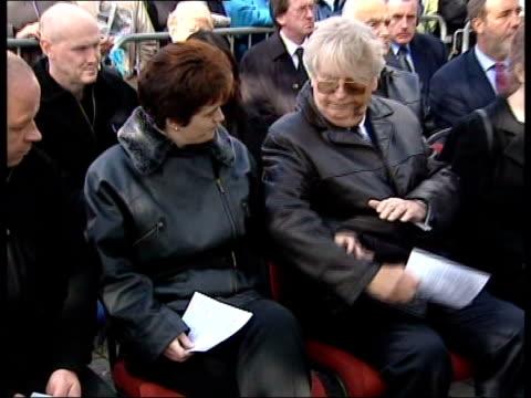 vidéos et rushes de memorial service news at ten paul davies england nottingham arnold crowd gathered for memorial service for marian bates outside her jeweller's shop... - répandre