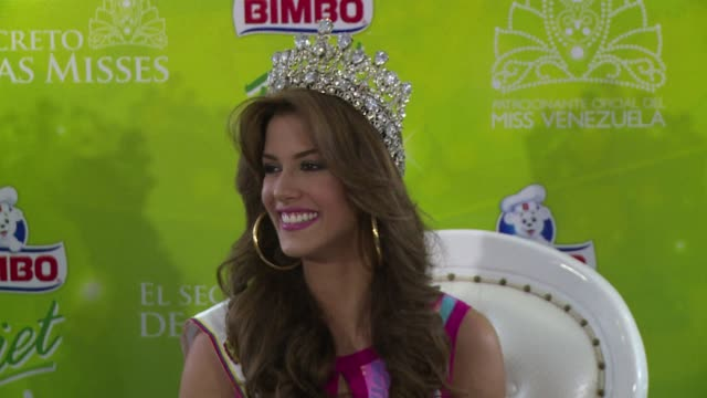 vídeos de stock, filmes e b-roll de mariana jimenez the new miss venezuela dedicated her crown to the late venezuelan beauty queen monica spear who was murdered on a highway back in... - beauty queen