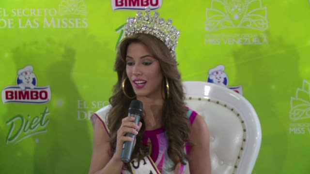 mariana jimenez una morena de 20 anos y coronada como la nueva miss venezuela el viernes dedico su corona a la actriz y ex reina de belleza... - reginetta di bellezza video stock e b–roll