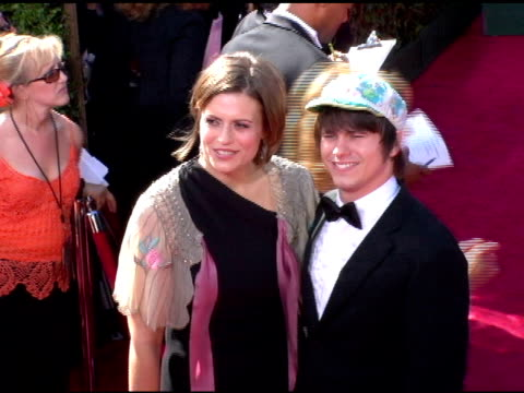 vídeos y material grabado en eventos de stock de marianna palka and jason ritter at the 2006 primetime emmy awards arrivals at the shrine auditorium in los angeles, california on september 19, 2004. - premio emmy anual primetime