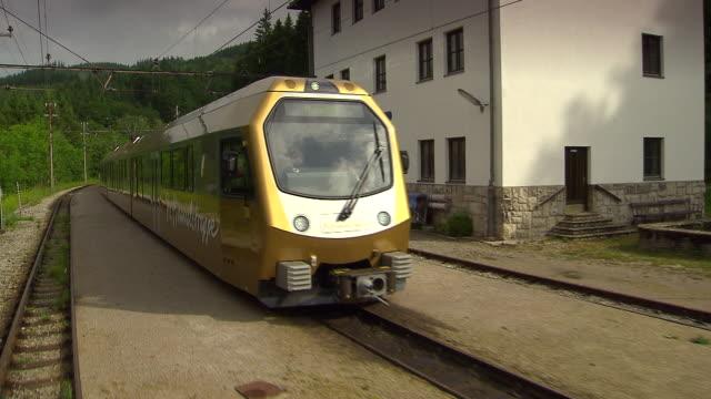 mariazellerbahn - alpie train about to leave the station in lower austria - オーストリア点の映像素材/bロール