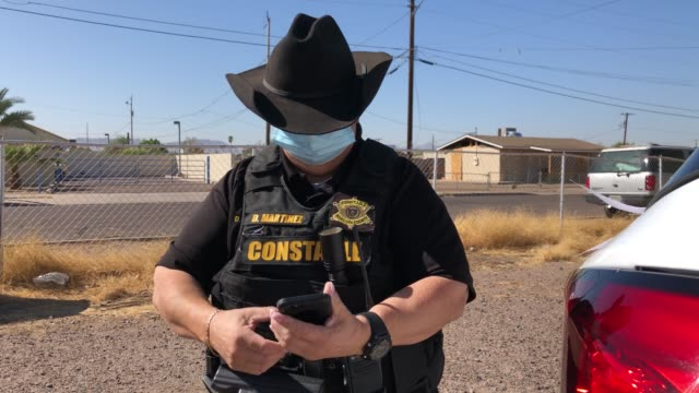 maricopa county constable darlene martinez arrives to a home to post an eviction order on october 7, 2020 in phoenix, arizona. thousands of... - home economics点の映像素材/bロール
