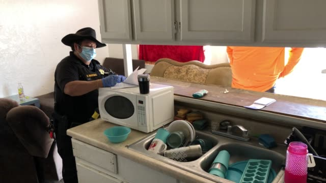 vidéos et rushes de maricopa county constable darlene martinez posts an eviction order for non-payment of rent on october 7, 2020 in phoenix, arizona. thousands of... - non us film location