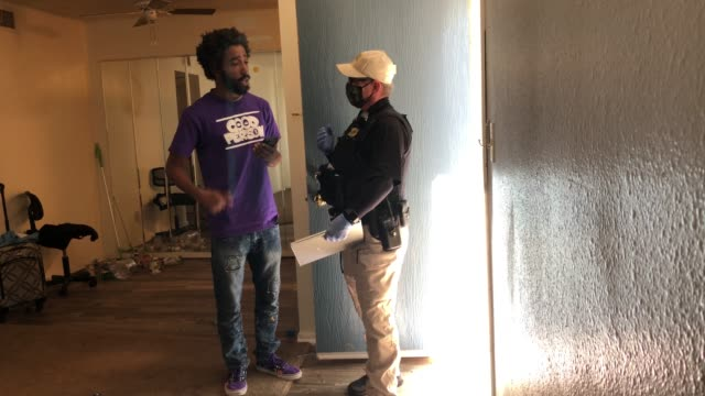 vidéos et rushes de maricopa county constable lenny mccloskey evicts a tenant for non-payment of rent on october 7, 2020 in phoenix, arizona. thousands of court-ordered... - non us film location