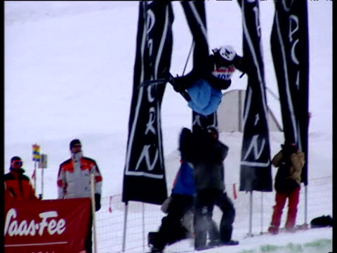 marie martinod performs on the female freestyle half pipe 2004 freestyle fis world cup saasfee valais switzerland - spielkandidat stock-videos und b-roll-filmmaterial