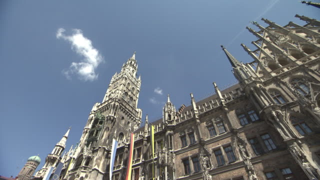 marienplatz, city hall with flags, blue sky - cafe culture stock videos and b-roll footage