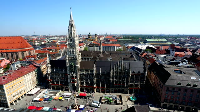 marienplatz in münchen, schwenken - rathaus stock-videos und b-roll-filmmaterial