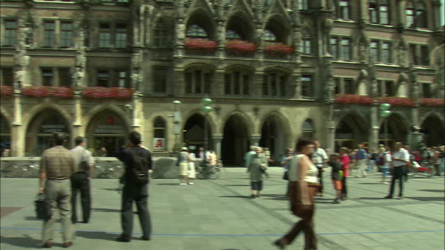 vidéos et rushes de ws pan marienplatz with neues rathaus (city hall) and st. mary's column, frauenkirche towers in background, munich, bavaria, germany - rathaus