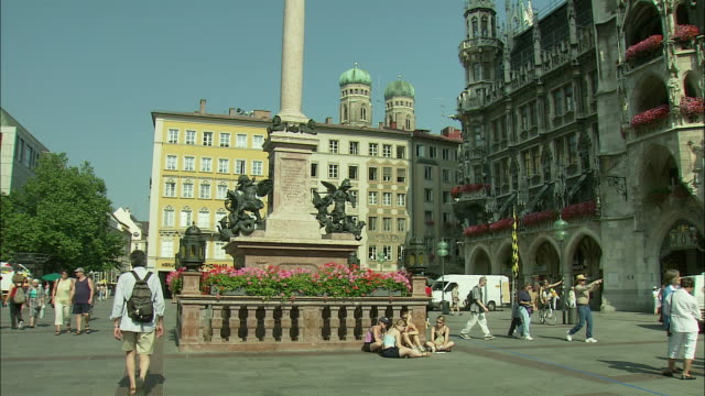 vidéos et rushes de ws tu la marienplatz with rathaus (city hall) and st. mary's column munich, bavaria, germany - rathaus