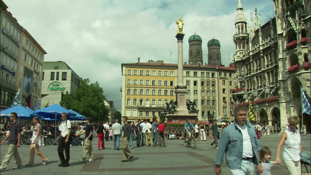 vidéos et rushes de ws marienplatz with st. mary's column and neues rathaus (city hall), frauenkirche towers in background, munich, bavaria, germany - rathaus