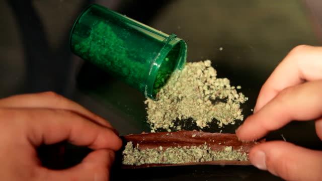 cannabis smussa - rotolare video stock e b–roll