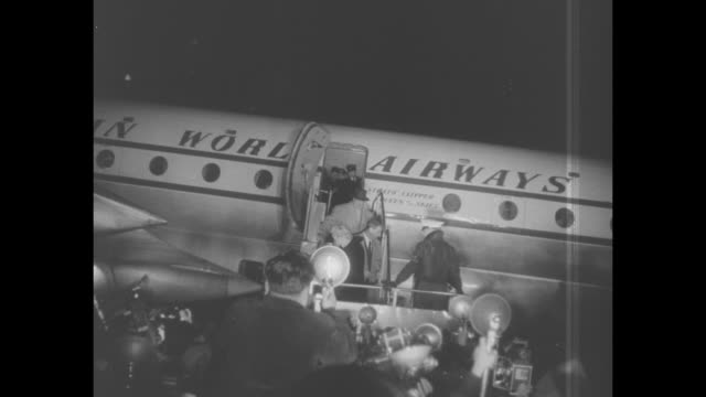 stockvideo's en b-roll-footage met ws marily monroe and joe dimaggio on airstairs off plane in tokyo / ws mob of photographers / ws monroe on stairs from plane / many photographers /... - marilyn monroe