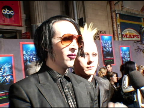 marilyn manson and tim skold at the 'the nightmare before christmas' in 3d premiere at the el capitan theatre in hollywood california on october 16... - マリリン マンソン点の映像素材/bロール
