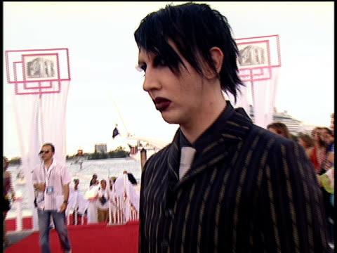 marilyn manson arriving on the 2004 mtv video music awards red carpet - マリリン マンソン点の映像素材/bロール