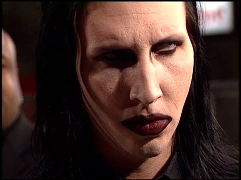marilyn manson at the 'blow' premiere at grauman's chinese theatre in hollywood california on march 29 2001 - マリリン マンソン点の映像素材/bロール