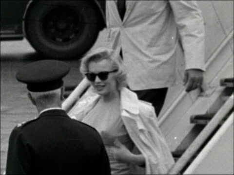 stockvideo's en b-roll-footage met marilyn monroe arrives in london marilyn monroe arrives in london england london london airport ext marilyn monroe and husband arthur miller down... - marilyn monroe