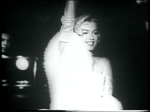 vidéos et rushes de marilyn monroe at the premiere of call me madam / she smiles and waves at fans and paparazzi marilyn monroe at film premiere on march 04 1953 in los... - 1953