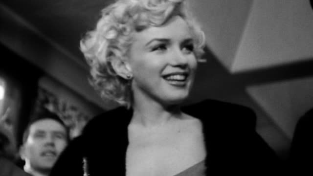 stockvideo's en b-roll-footage met marilyn monroe smiling as she visits us troops in army hospital marilyn monroe visiting troops in tokyo on february 05, 1954 in tokyo, japan - zelfvertrouwen