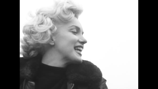 stockvideo's en b-roll-footage met marilyn monroe visiting gi troops in korea - marilyn monroe