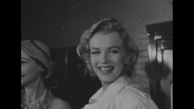 stockvideo's en b-roll-footage met cu marilyn monroe with partial shot of vivien leigh to her right / pan to miller and back to monroe and leigh - marilyn monroe