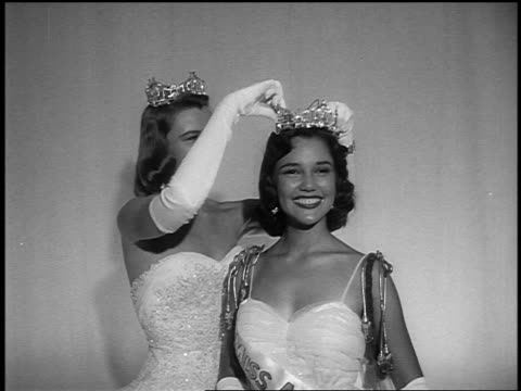 marilyn van derbur crowns kisses mary ann mobley - 1959 stock videos & royalty-free footage