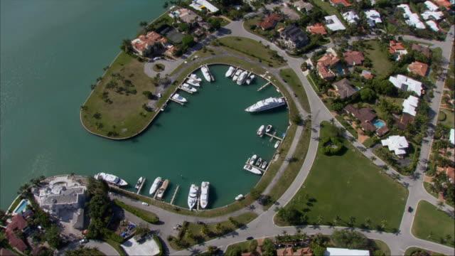 aerial, marina and coastline, miami, florida, usa - palma nana video stock e b–roll