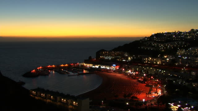 t/l, ws, ha, marina and holiday resort, dusk to night, puerto rico, gran canaria, canary islands, spain - グランカナリア点の映像素材/bロール