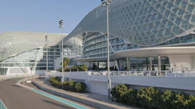 marina circuit and yas viceroy abu dhabi hotel, yas island, abu dhabi, united arab emirates, middle east, asia - sportstrecke stock-videos und b-roll-filmmaterial