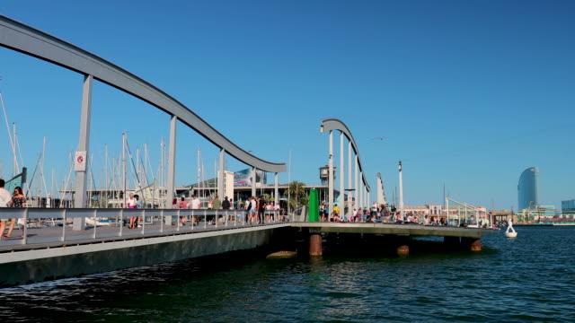 marina port vell, rambla de mar walkway & bridge, barcelona, spain - mar bildbanksvideor och videomaterial från bakom kulisserna