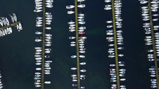 上から見たボートとヨットのマリーナ - 停泊する点の映像素材/bロール