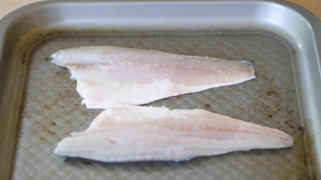 Seebarsch-Fisch-Filet marinieren