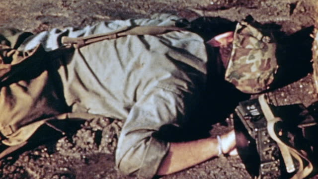 marine casualty lying face down on beach / iwo jima japan - schlacht um iwojima stock-videos und b-roll-filmmaterial