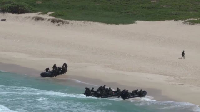 marine corps and japan ground self-defense force service members conduct amphibious training during rim of the pacific exercise 2014. - ホバークラフト点の映像素材/bロール