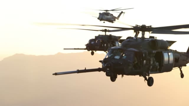 vídeos y material grabado en eventos de stock de a us marine corps ch53e super stallion and us army mh60m blackhawks assigned to marine corps aviation weapons and tactics squadron one conduct an... - cuchilla