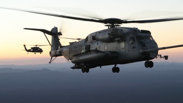 a us marine corps ch53e super stallion and us army mh60m blackhawks assigned to marine corps aviation weapons and tactics squadron one conduct an... - marinsoldat bildbanksvideor och videomaterial från bakom kulisserna