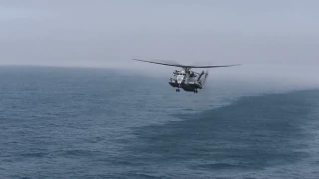 vidéos et rushes de us marine corps ch53e super stallions and mv22b ospreys with marine medium tiltrotor squadron 162 26th marine expeditionary unit land on the flight... - infanterie de marine américaine