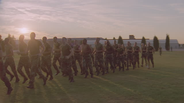 stockvideo's en b-roll-footage met marine corps exchange; marines shop w/families; 2 - takes - militaire training