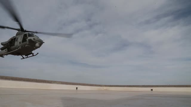 us marine corps uh1y venoms assigned to marine aviation weapons and tactics squadron 1 conduct fast roping and roof top landing drills during weapons... - elicottero video stock e b–roll