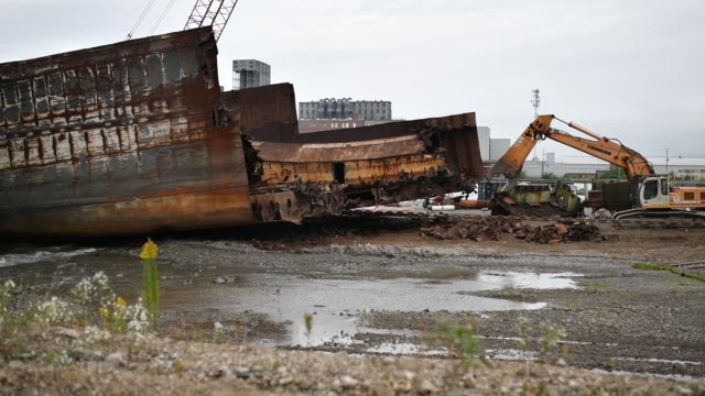 marine recycling corporation ship breaking and recycling operation on the shore of lake erie in port colborne ontario canada on monday september 23... - lago erie video stock e b–roll