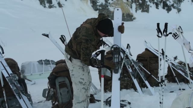 vídeos de stock e filmes b-roll de marine rotational force europe 19.1, marine forces europe and africa, conduct a ski movement exercise during white claymore in bardufoss, norway,... - acampamento base