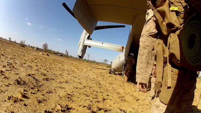 stockvideo's en b-roll-footage met marine troops - militaire training