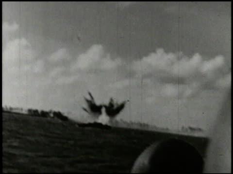 vídeos de stock e filmes b-roll de s marines amp 27th infantry regiment soldiers in amphibious landing crafts landing on beach of saipan tanks rolling onto beach soldiers jumping off... - veículo anfíbio