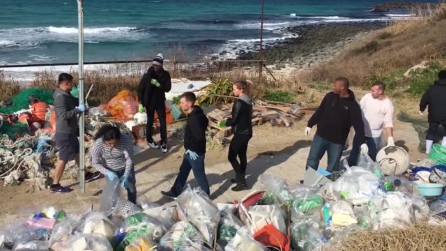 marines and sailors from mcas iwakuni clean up tsunoshima island, japan of debris and litter. marine wildlife is under threat from the waste and... - pulizia dell'ambiente video stock e b–roll